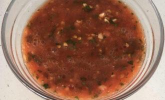 Шаг 4: Помидор, петрушку и чеснок перебейте блендером до состоянии пасты. Перчите и солите по вкусу.