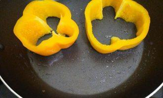 Шаг 3: Обжарьте на капле оливкового масла с одной стороны перец.