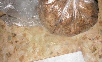Шаг 8: 1/3 часть положите в пакет и уберите в морозилку примерно на 20 минут.
