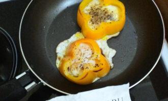 Шаг 8: Посолите и поперчите яйца, и готовьте под закрытой крышкой.