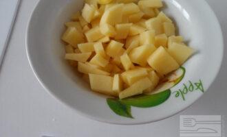 Шаг 2: Картофель нарежьте кубиком.