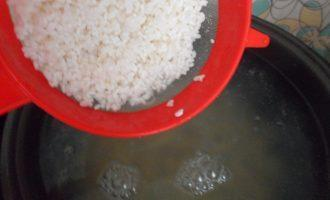 Шаг 7: Поставьте на плиту кастрюлю с водой (2 литра). Как только вода закипит добавьте картофель. Через 15 минут добавьте рис.