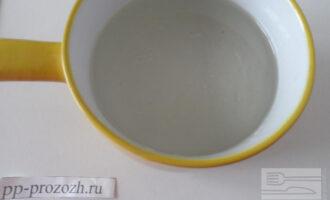 Шаг 2: В теплой воде растворите фруктозу, соль и добавьте растительное масло.