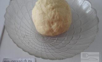 Шаг 4: Добавьте к муке воду и замесите тесто. Положите под пленку и оставьте на 30 минут.