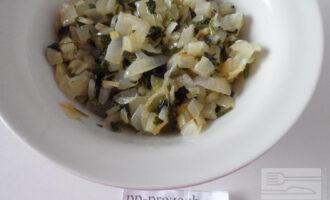 Шаг 5: На сковороде обжарьте лук до размягчения, смешайте с зеленью.