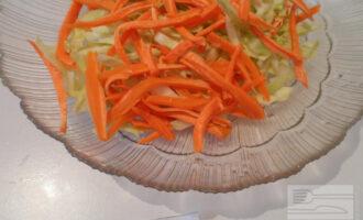 Шаг 3: Нарежьте тонкими полосками морковь. Добавьте к капусте.