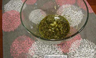Шаг 4: Тем временем смешайте в глубокой емкости растительное масло с прованскими травами. Добавьте туда чеснок, выдавленный через пресс.