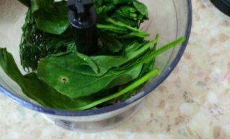 Шаг 7: К нему добавьте помытый шпинат.