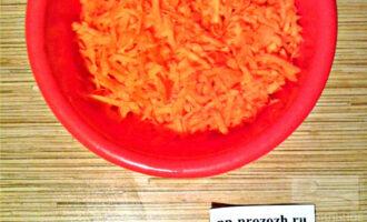 Шаг 2: Натрите морковь на корейской или крупной терке, посолите.