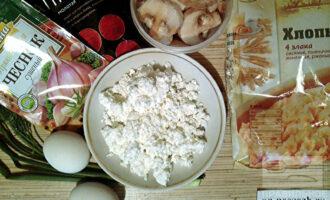 Шаг 1: Подготовьте все ингредиенты по списку. Шампиньоны можно взять свежие или замороженные (заранее обжарьте, остудите).