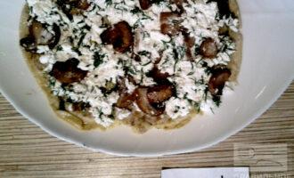 Шаг 7: Готовый блин смажьте творожной смесью. Овсяноблин с творогом и грибами готов.