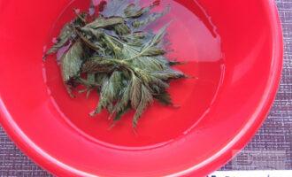 Шаг 5: Залейте крапиву водой на несколько минут.
