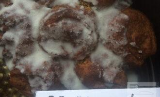 Шаг 10: Остудите булочки, не вынимая из формы. Полейте булочки сверху растопленным кокосовым урбечем.
