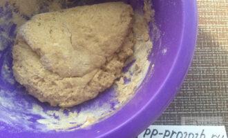 Шаг 5: Смешайте муку и жидкую часть, заместите тесто.