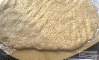 Шаг 7: Раскатайте тесто в пласт. Лучше раскатывать на пленке, чтобы было удобнее заворачивать тесто в рулет.
