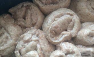 Шаг 9: Выложите булочки в форму с антипригарным покрытием плотно, не оставляя места между булочками. Выпекайте булочки в разогретой духовке при 180 градусах около 30 минут.
