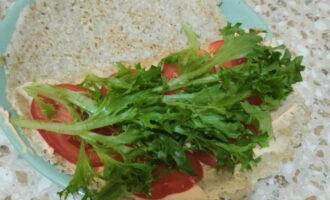 Шаг 10: Сверху добавьте листья салата, можете и без них.