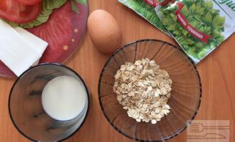 Шаг 1: Для приготовления вегетарианского овсяноблина возьмите овсяные хлопья, молоко, яйцо и сушеную зелень. В качестве начинки используйте сыр минимальной жирности, листья салата и помидор.