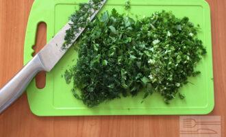Шаг 7: Порубите мелко укроп, петрушку и зелёный лук.