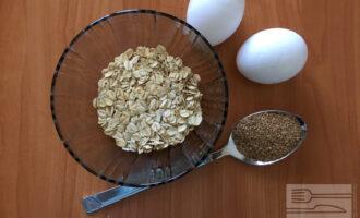 Шаг 1: Для приготовления овсяноблина с яйцом возьмите овсяные хлопья, яйца и клетчатку