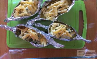 Шаг 8: Выньте лодочки и смажьте полученным соусом и покоройте натертым на крупнойтерке сыром. Запекайте ещё 15 минут при той же температуре.