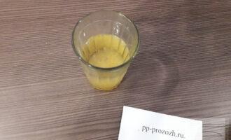 Шаг 2: В стакан,наполненный водой комнатной температуры,добавьте 2 ст.л. желатина. После его набухания отправьте стакан с водой в микроволновую печь на 30 секунд до полного растворения желатина.