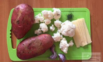 Шаг 1: Для приготовления картофельных лодочек с цветной капустой возьмите по возможности свежий картофель, цветную капусту, нежирный сыр, чеснок, сушеный укроп и немного оливкового масла для соуса.