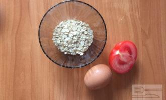 Шаг 1: Для приготовления овсяноблина с помидорами возьмите овсяные хлопья, половину помидора и яичный белок