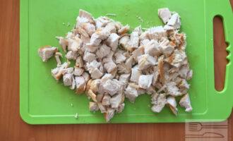 Шаг 3: Нарежьте куриную грудь кубиками среднего размера.