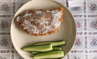 Шаг 8: Сверху я тоже смазала блин творожным сыром и посыпала сушеным укропом.