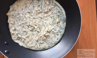 Шаг 3: Полученную массу вылейте на раскаленную антипригарную сковороду.
