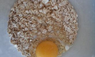 Шаг 2: Смешайте овсяные хлопья, молоко, яйцо и соль. Если смешать вручную - то будут больше чувствоваться хлопья, если блендером - будет более нежная текстура.