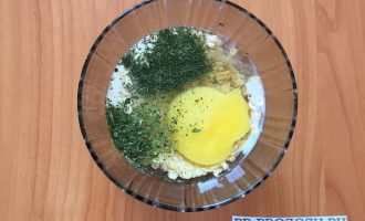 Шаг 2: К овсяным хлопьям добавьте яйцо, молоко и зелень. Хорошенько перемешайте и дайте настояться для разбухания хлопьев и размокания зелени.