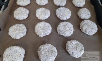 Шаг 4: Сформируйте печенья и выложите их на противень, застеленный пекарской бумагой. Выпекайте в духовке при 200гр. около 15 минут.