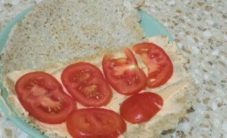 Шаг 9: Нарежьте помидор и выложите сверху.