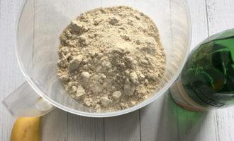 Шаг 2: В муку добавьте 2,5 стакана минеральной воды.