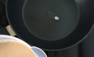 Шаг 5: Жарьте на раскалённой антипригарной сковороде, смажьте сковородку кокосовым маслом.
