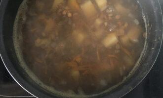 Шаг 3: Подготовленную чечевицу залейте водой и доведите до кипения. Через 5 минут добавьте все остальные овощи. Варить 20-25 минут на среднем огне до готовности чечевицы и картофеля.