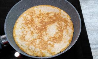 Шаг 5: Разогрейте сковороду с каплей растительного масла. Выложите массу на сковороду и разровняйте по всей сковороде. Жарьте с двух сторон до румяной корочки.