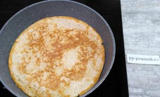 Шаг 4: Разогрейте сковороду с растительным маслом. Переложите массу на сковороду и разровняйте лопаткой. Обжарьте овсяноблин с двух сторон до румяной корочки.
