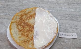 Шаг 5: Готовый овсяноблин положите на тарелку. Намажьте рикоттой одну половину овсяноблина.