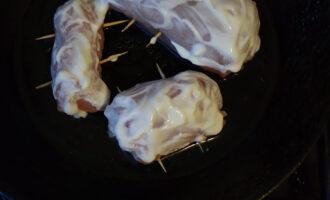 Шаг 5: Подготовленные рулетики обмажьте сметаной. Поставьте в духовку на 30 минут при температуре 200 градусов.