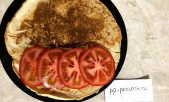Шаг 6: На расплавленный сыр выложите помидор, нарезанный кольцами, закройте второй стороной овсяноблина.
