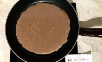 Шаг 4: Аккуратно выложите смесь на разогретую сковороду, равномерно распределите по поверхности. Оставьте на 2 минуты на среднем огне.