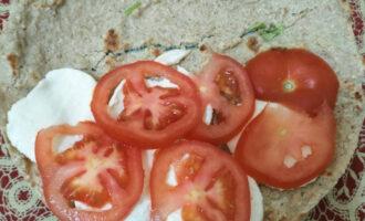 Шаг 10: Сверху добавьте нарезанный помидор.