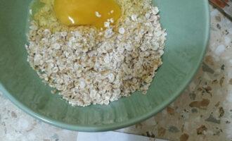 Шаг 4: Добавьте к овсянке молоко и яйцо. Все тщательно перемешайте.