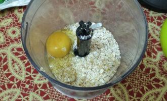 Шаг 3: Переложите ее в чашу блендера, и добавьте яйцо.