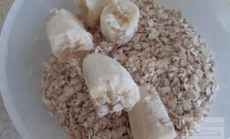 Шаг 2: Выложите в миску банан, овсяные хлопья и творог. Взбейте блендером до однородной массы.