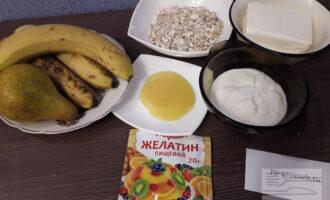 Шаг 1: Приготовьте необходимые ингредиенты: овсяные хлопья,банан,желатин,йогурт натуральный,творог обезжиренный,мёд,груша.