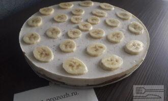 Шаг 7: Сверху готовый торт украсьте дольками банана. Готово!